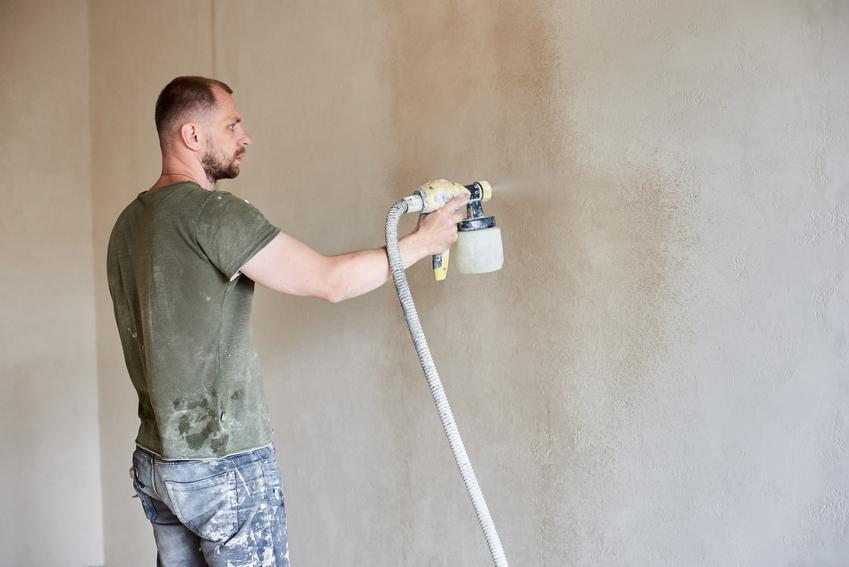 Tynk natryskowy podczas nakładania na ściany wewnętrzne, a także inne jego rodzaje