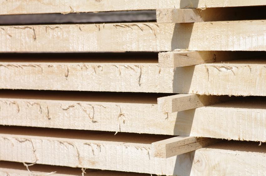 Łaty drewniane ułożone na budowie, czyli łaty budowlane oraz ceny łat dachowych