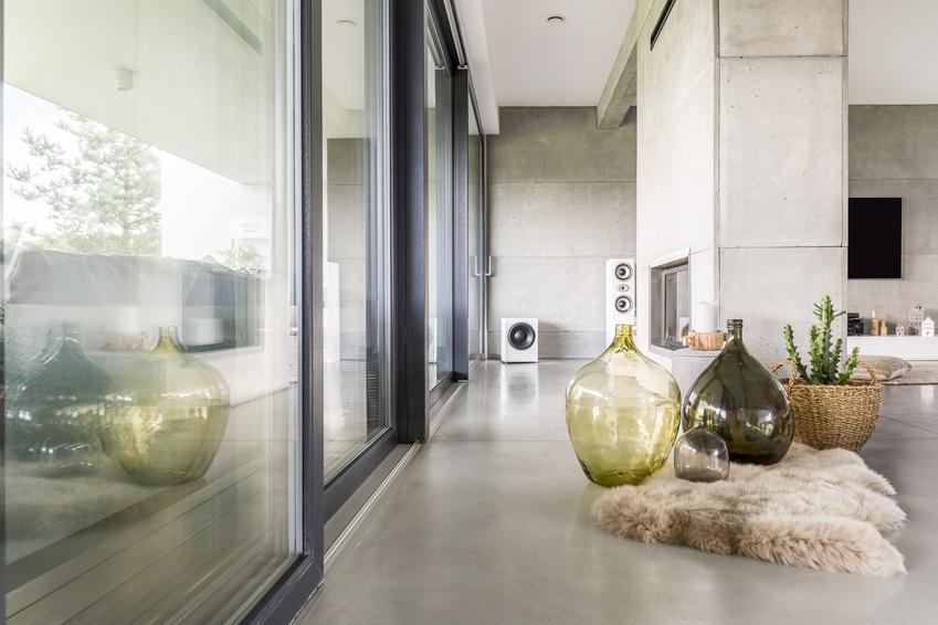 Mikrocement dekoracyjny na posadzce w pięknym salonie oraz opinie, cena i zastosowanie