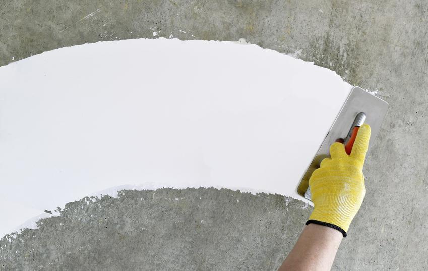 Zaprawa gipsowa używana na ścianie, a także zastosowanie zapawy gipsowej