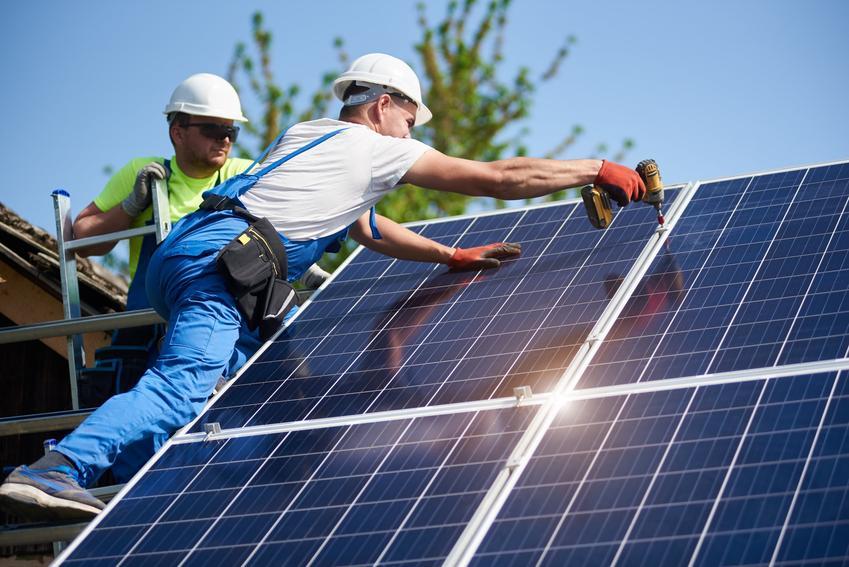 Panele fotowoltaiczne montowane na dachu domu oraz panele słoneczne i ich zakup