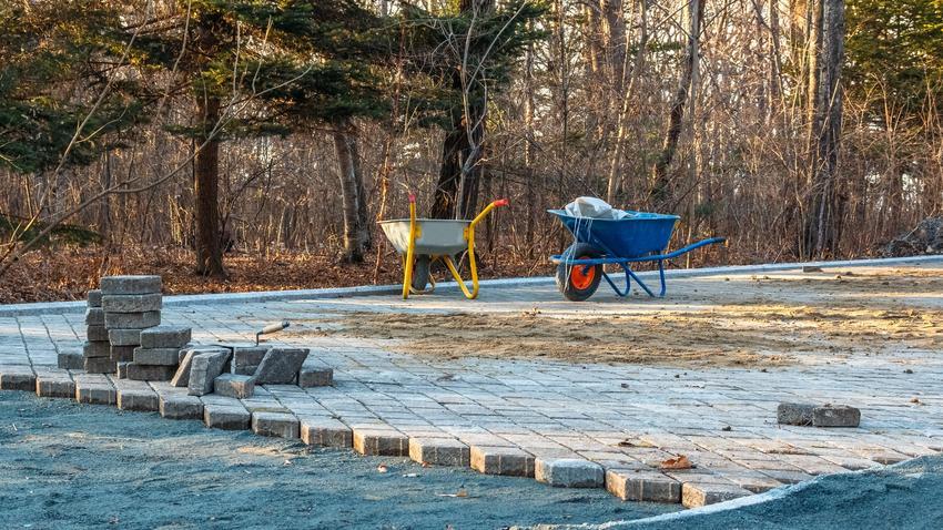 Kostka brukowa układana w parku, a także układanie kostki brukowej, wykładanie kostki brukowej i porady