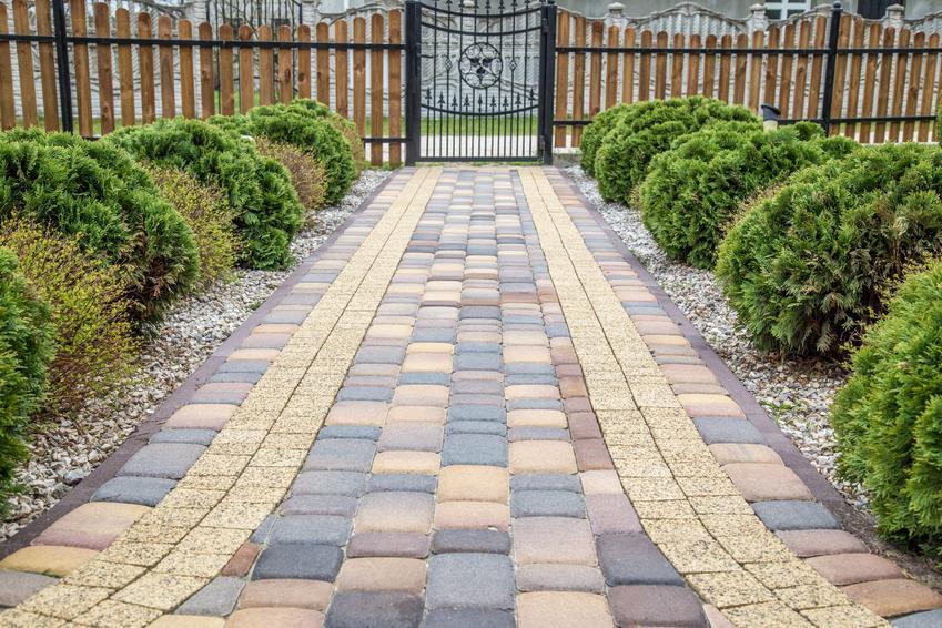 Ścieżka z kostki brukowej w ogrodzie, a także kostka brukowa, kostka betonowa, cena i rodzaje