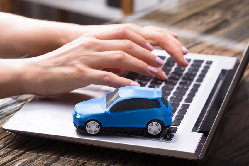 Model samochodu i komputer, a także samochód bez prawa jazdy, auto bez prawa jazdy w Polsce