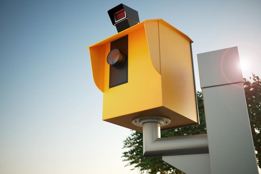 Żółty fotoradar na ulicy, a także po jakim czasie przychodzi mandat z fotoradaru