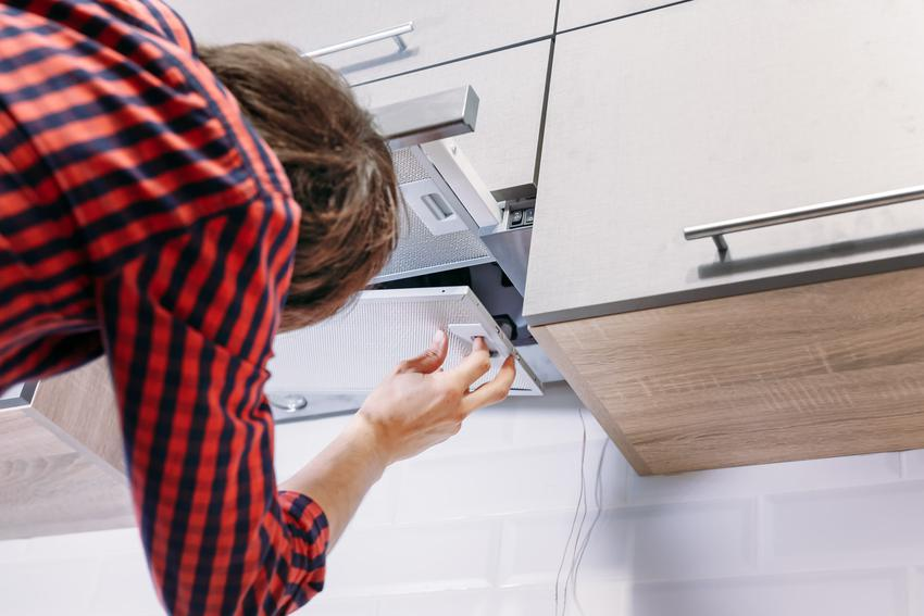 Okap kuchenny podczas montażu, a także filtr węglowy do okapu i jego cena
