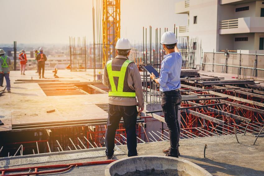 Mężczyźni na placu budowy oraz dzień budowlańca, święto budowlańca, kalendarz budowlańca