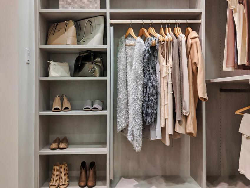 Wnętrze szafy w sypialni, a także szafy na wymiar, szafy na zamówienie, szafa do zabudowy