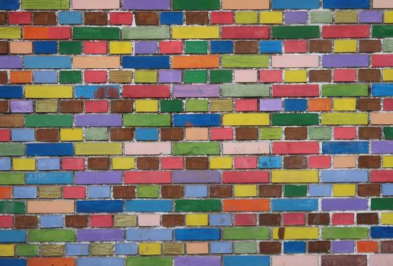 Kolorowe cegiełki na ścianie, a także łączenie kolorów na ścianach - najlepsze i najbardziej modne połączenie kolorów w pokoju