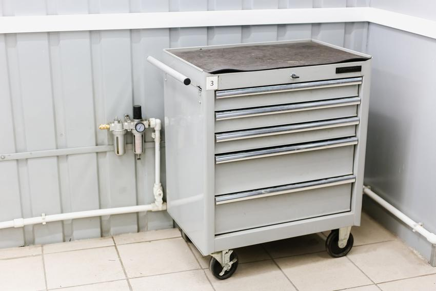 Metalowy wózek narzędziowy w warsztacie, a także jaki wózek narzędziowy wybrać