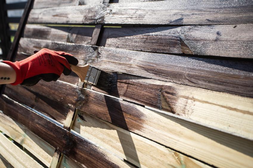 Malowanie drewna lakierobejcą, a także lakierobejca do drewna i jej rodzaje