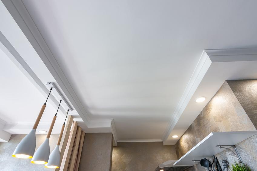 Biały sufit podwieszany w kuchni, czyli obniżony sufit w kuchni, aranżacje i cena