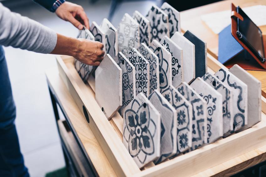 Płytki mozaikowe wybierane w sklepie, a także mozaika na ścianę, jej rodzaje i cena