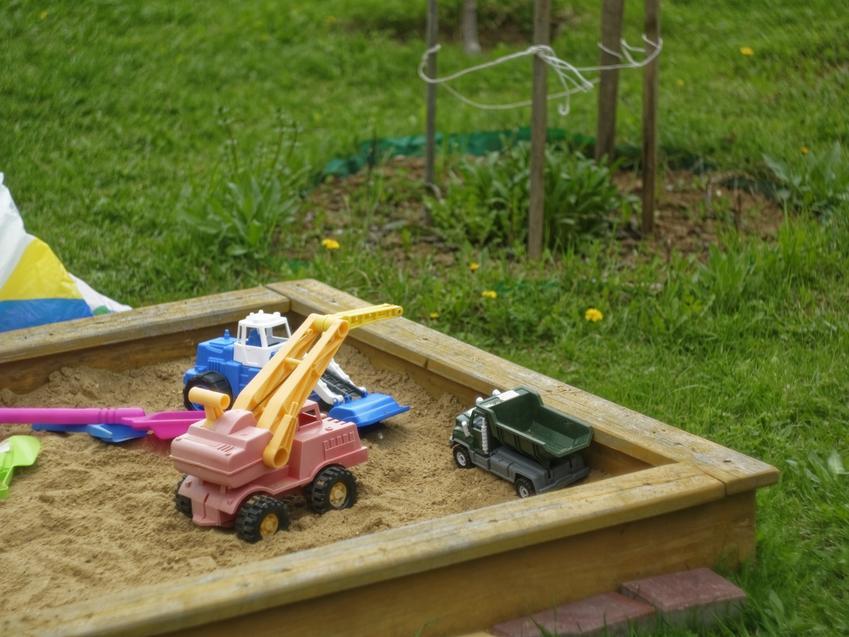 Drewniana piaskownica w ogródku, a także piaskownica dla dzieci, piaskownice zamykane, plastikowe
