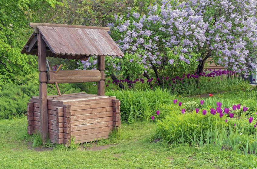 Obudowana drewnem studnia w ogrodzie, a także obudowa studni, jak obudować studnię