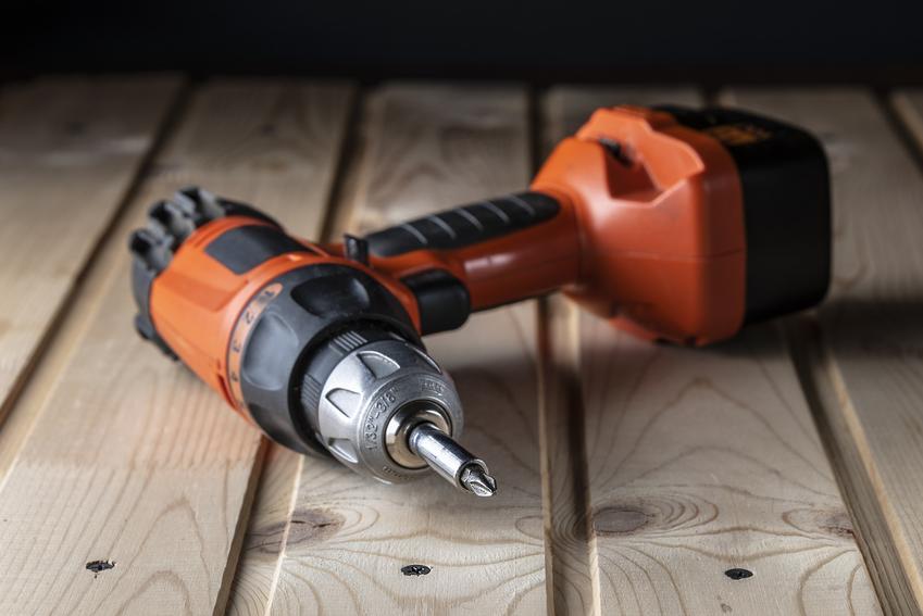 Wkrętarka leżąca na drewnianym tle, a także wkrętarka Stanley, modele i cena