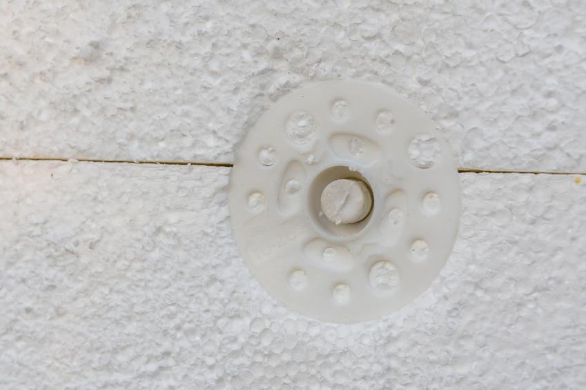 Kołek w styropianie, a także kołkowanie styropianu i kołki do mocowania w styropianie
