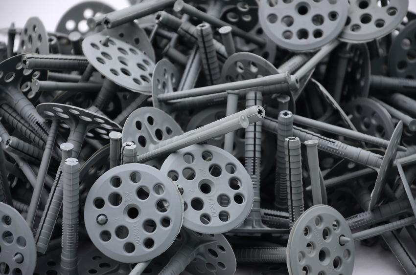 Szare kołki do mocowania w styropianie, a także na czym polega kołkowanie styropianu