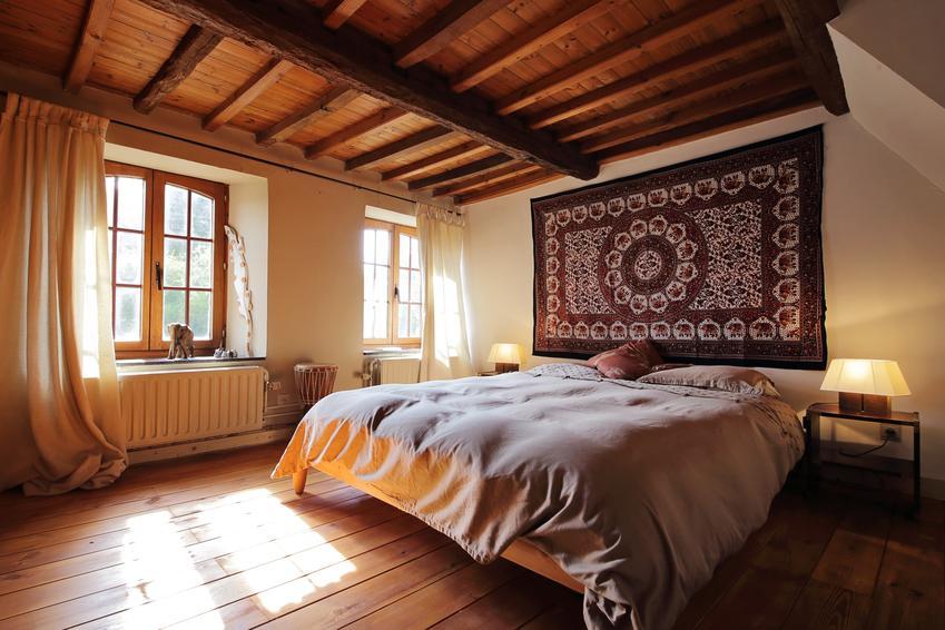 Drewniane belki na suficie w domu, a także drewniany sufit, sufit z desek, sufit z drewna