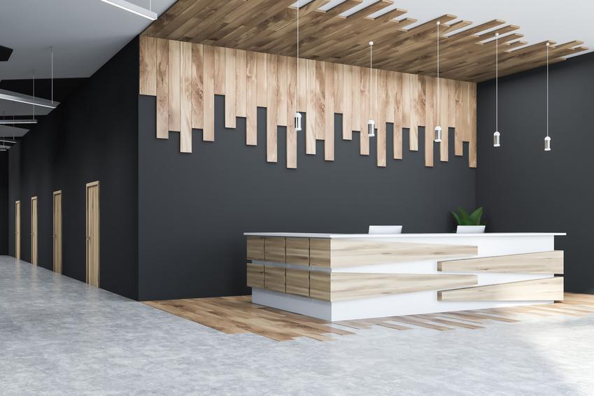 Drewno na suficie, a także drewniany sufit, sufit z desek, sufit z drewna