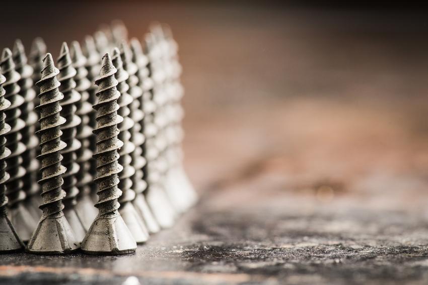 Blachowkręty ułożone na stole oraz blachowkręt samogwintujący i inne rodzaje, a także ceny