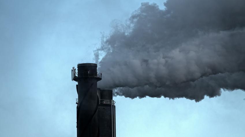 Dym z komina na tle nieba, a także immisja, immisje sąsiedzkie a prawo