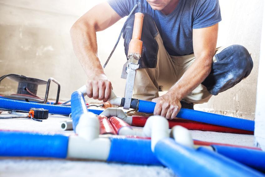 Mężczyzna łączący rury, a także zgrzewarka elektrooporowa do rur, modele i cena