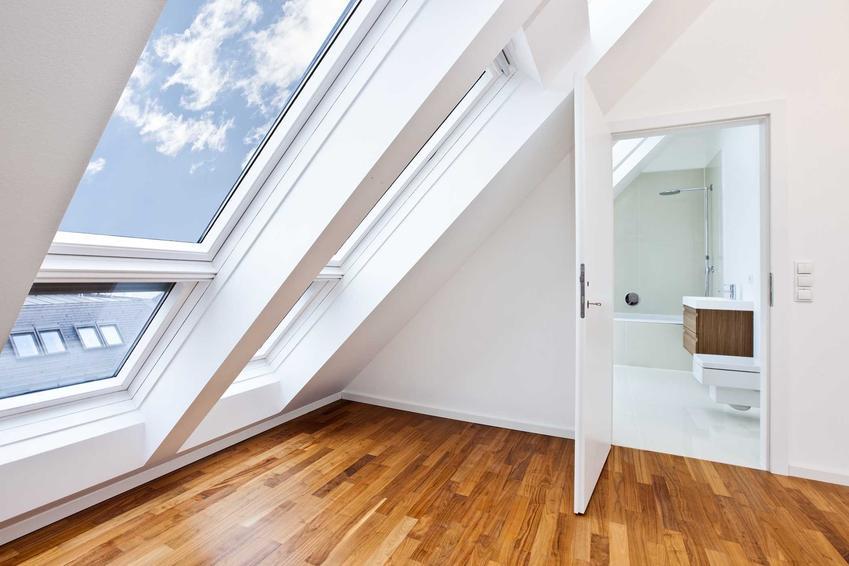 Okna dachowe świetnie się sprawdzają. Są bardzo funkcjonalne, a ich koszty są niewiele wyższe niż innego rodzaju okna