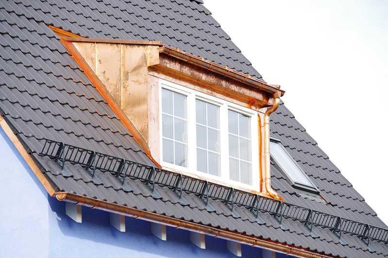 Lukarny na dachu domku jednorodzinnego, a także wybór okien dachowych, koszty, funkcjonalność, wady, zalety i opinie