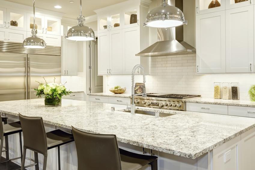 Piękna kuchnia w jasnych kolorach, a także blaty granitowe i blaty kuchenne z granitu