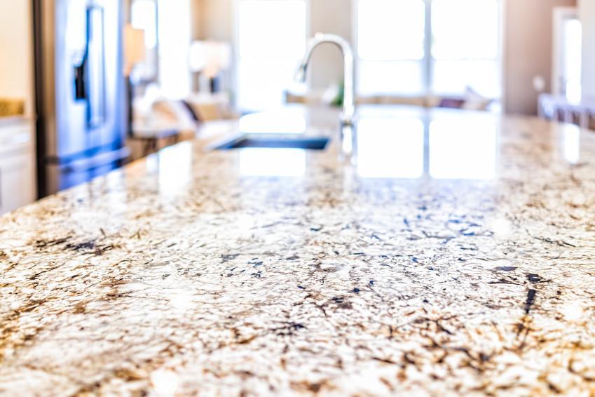Blat kuchenny z granitu na zbliżeniu, a także blaty granitowe do kuchni i ich cena