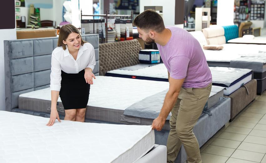 Mężczyna podczas zakupu materaca, a także materace latekstowe, materace sprężynowe i inne materace IKEA