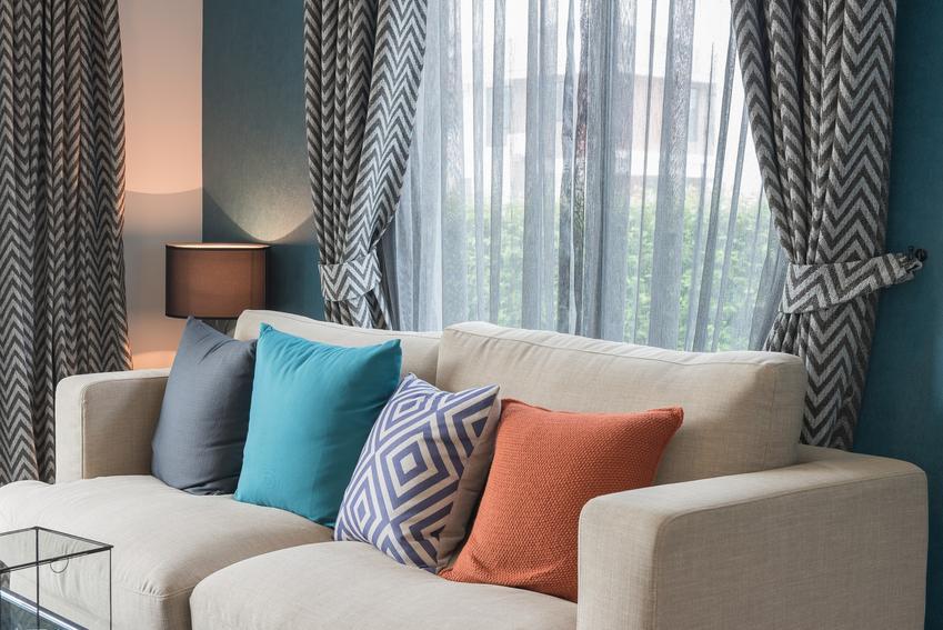 Szare zasłony i firany w oknie, a także inspiracje na dekoracje okien i wystrój okien
