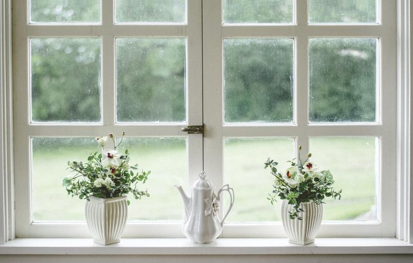 Kwiaty doniczkowe stojące na parapecie, a także inspiracje na dekoracje okien i wystrój okien