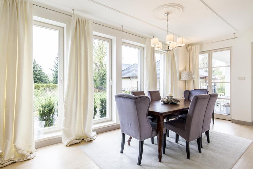 Jasne zasłony w oknie w salonie, a także inspiracje na dekoracje okien i wystrój okien