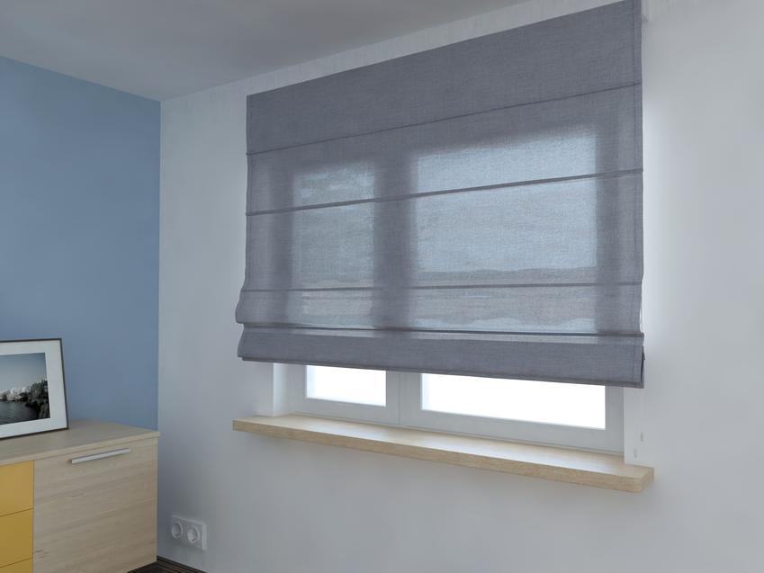 Rolety rzymskie w oknie w pokoju, a także inspiracje na dekoracje okien i wystrój okien