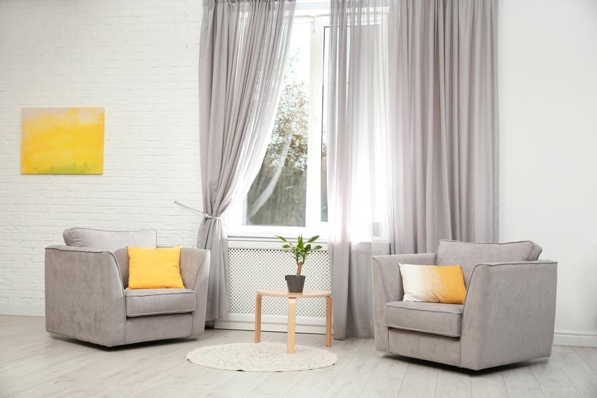 Szare zasłony w stylowym zasłonie, a także inspiracje na dekoracje okien i wystrój okien