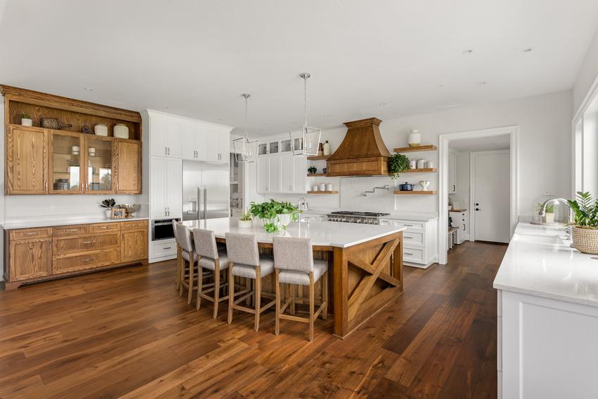 Drewniana podłoga w dużej jadalni, a także podłogi drewniane, podłoga z drewna i cena