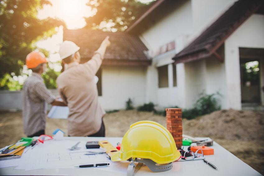 Dom podczas budowy, a także budowa domu jednorodzinnego, firmy budujące domy jednorodzinne