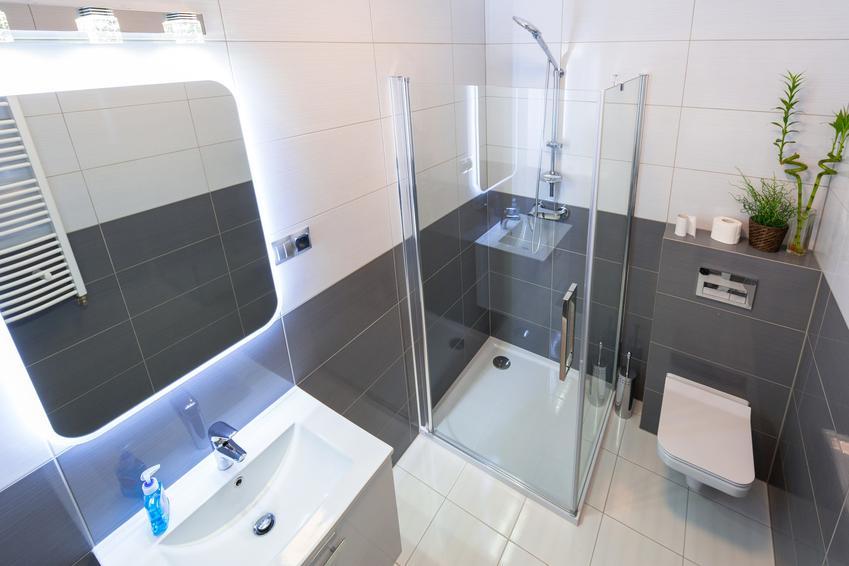 Prysznic w nowoczesnej łazience, a także brodzik posadzkowy, brodzik płaski, odpływ liniowy i cena