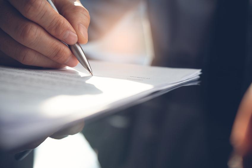 Podpisywanie dokumentu, a także apostazja w Polsce, wystąpienie z kościoła, jak dokonać apostazji