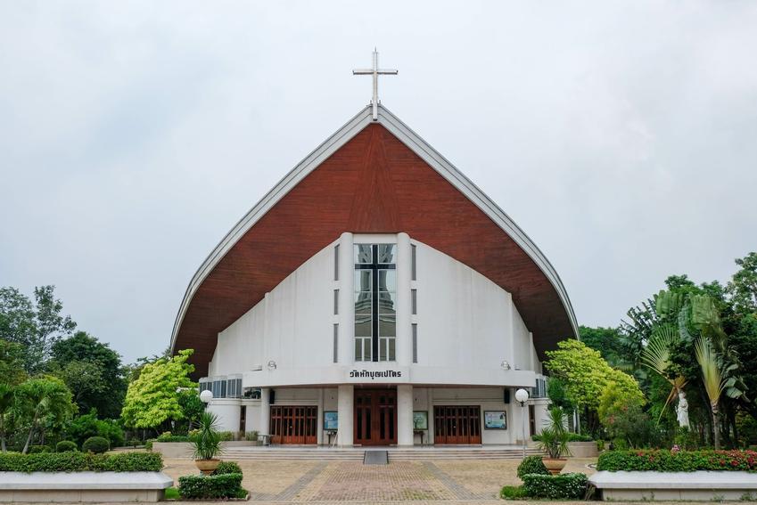 Kościół na tle nieba, a także wystąpienie z kościoła, jak dokonać apostazji i apostazja w Polsce
