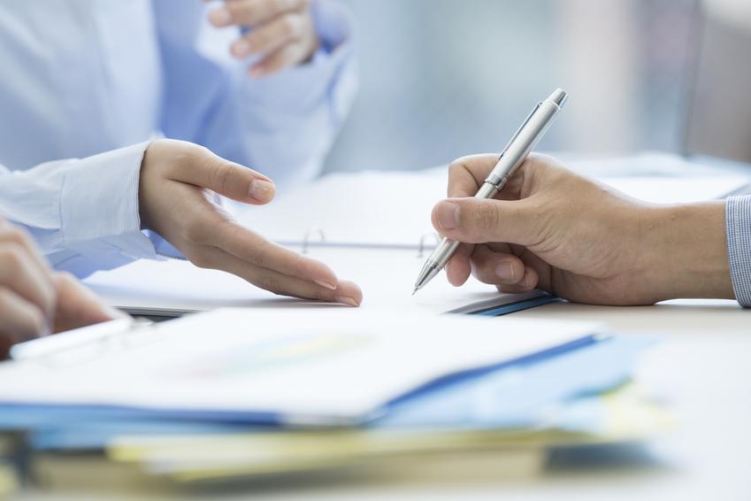 Podpisywanie dokumentów w urzędzie, a także zmiana nazwiska, zmiana nazwiska po rozwodzie, zmiana nazwiska dziecka, jak zmienić nazwisko