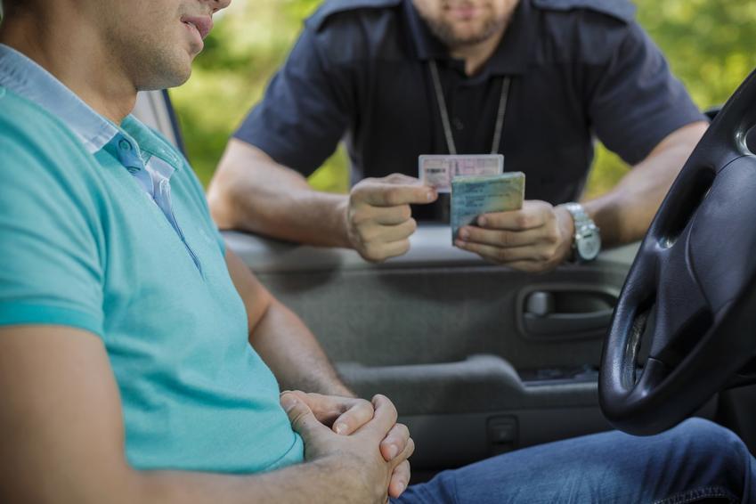 Kierowca podczas kontroli policji oraz jaki mandat za brak przeglądu można dostać
