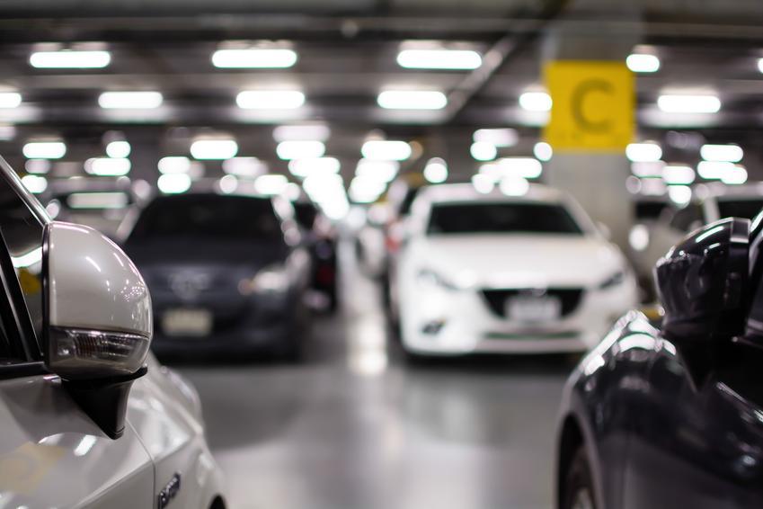 Garaż i miejsce postojowe w garażu, a także porady, jakie są wymiary miejsca parkingowego