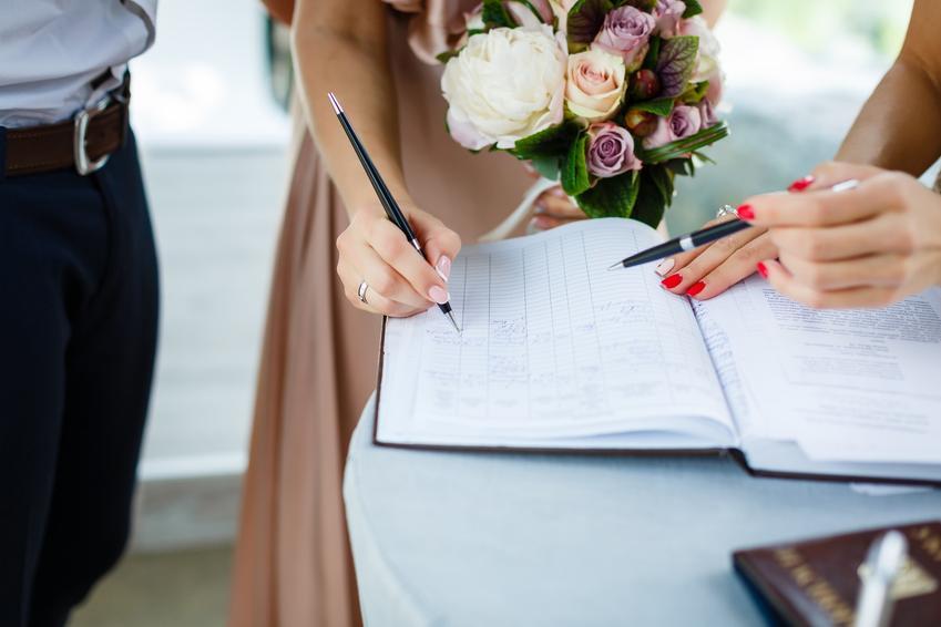 Podpisywanie dokumentów podczas ślubu oraz ile trwa ślub cywilny, jak wygląda ślub cywilny