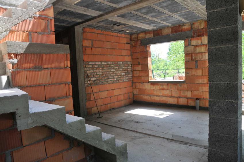 Stan surowy otwarty to pierwszy etap budowy domu. Polega na postawieniu wszystkich ścian, ale nie ma jeszcze w nich okien czy drzwi.