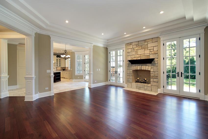 Piękny i duży salon, a także panele podłogowe drewniane, ich cena i rodzaje
