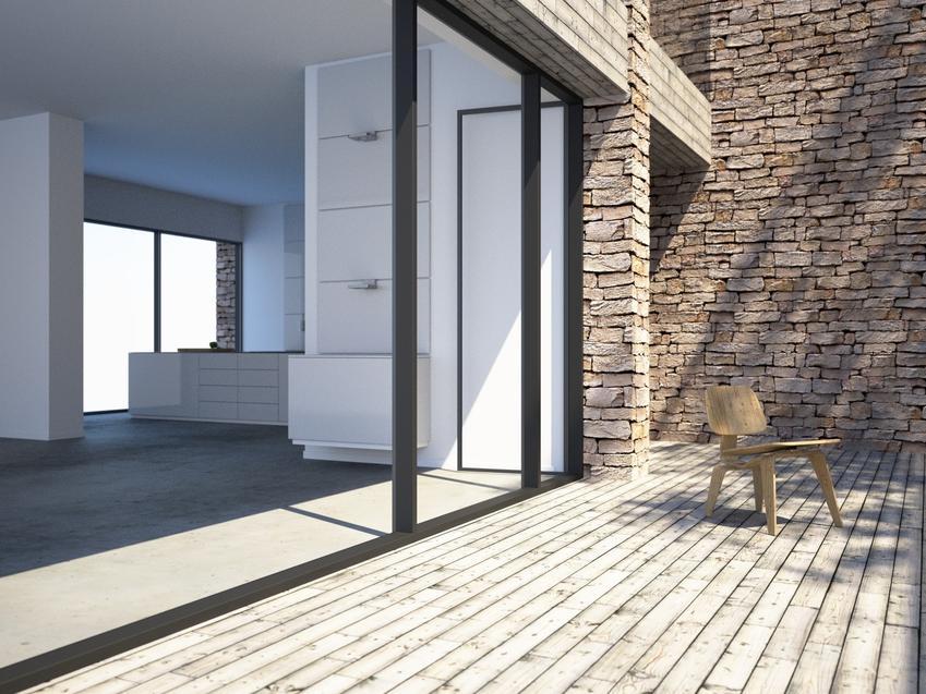 Duży taras przed domem, a także betonowe deski tarasowe, rodzaje i cena