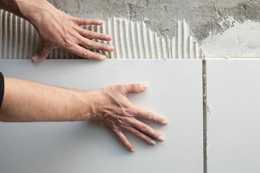 Układanie płytek na ścianie na podkładzie, a także zaprawa wyrównująca pod płytki i cena